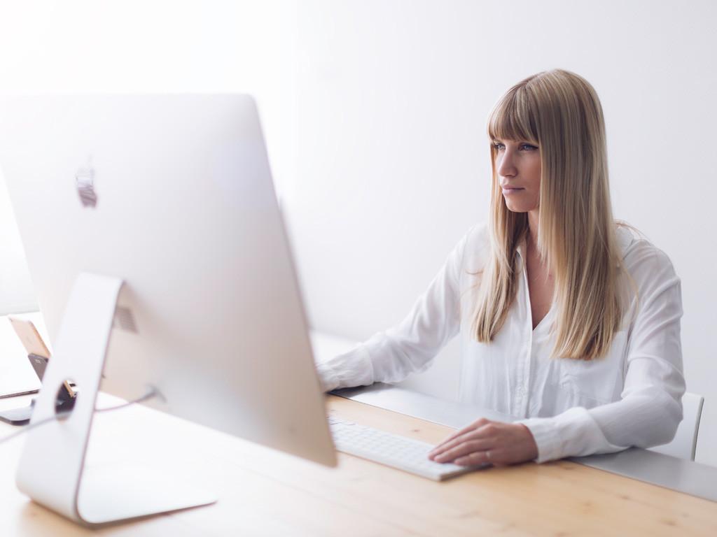 Relayter-Marketing-Design-Workflow-Automation-Indesign-Desktop-Girl